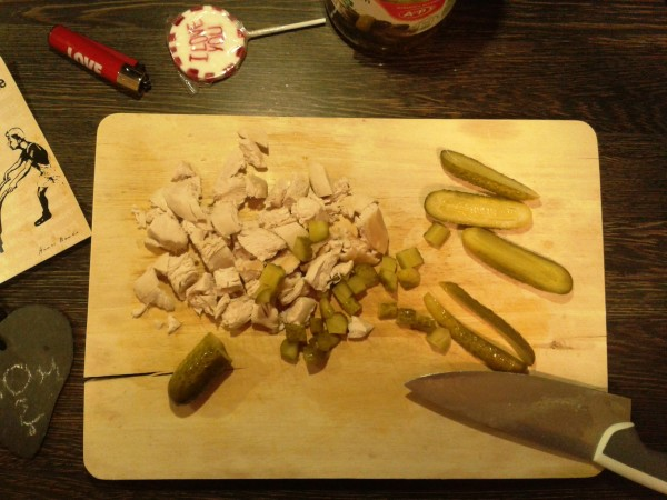 Georgisch kochen: heißer Reissalat mit Huhn - das Filet und die Gewürzgurken
