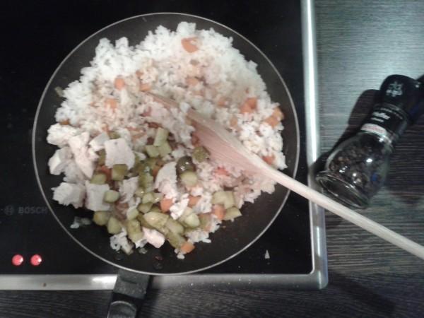 Georgisch kochen: heißer Reissalat mit Huhn - in die Pfanne geben