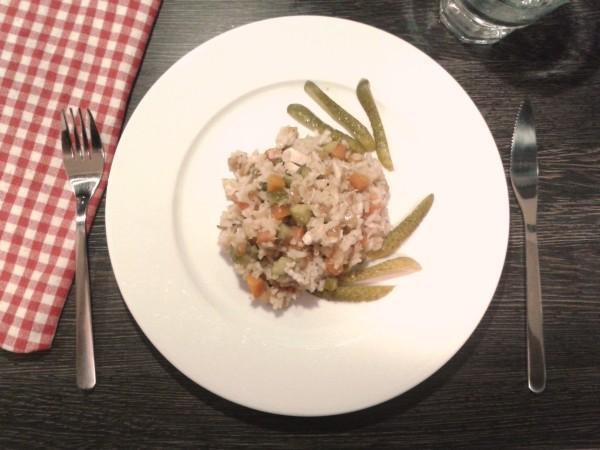 Georgisch kochen: heißer Reissalat mit Huhn - zum Servieren fertig